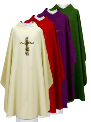 Ornat z haftem na tkaninie z liściem wplecionym w krzyż