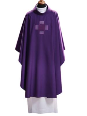 Ornat z haftem prostego krzyża na tkaninie