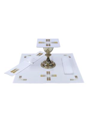 Bielizna kielichowa ozdobiona cieniowanym haftem krzyża