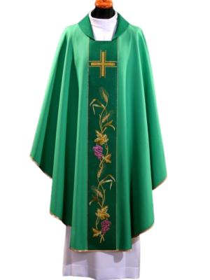 Ornat ozdobiony krzyżem i wielokolorowym haftem eucharystycznym