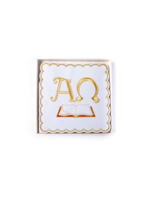 Bielizna kielichowa z haftem Alfa i Omega nad otwartą księgą